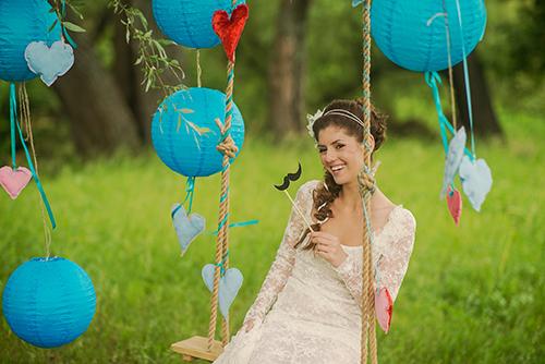 Vrolijke kleuren en uitbundige decoraties kenmerken een festival bruiloft
